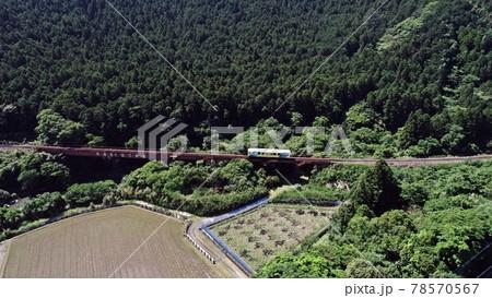 鉄橋を渡り終えたローカル線気動車 78570567