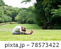 芝生でストレッチをする少女 78573422