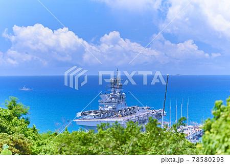 沖縄県のうるま市平敷屋で撮影した勝連半島先端にホワイトビーチ海軍基地に寄港している強襲揚陸艦アメリカ 78580293