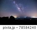 《大分県 九重》扇ヶ鼻山頂からの夏の天の川 78584240