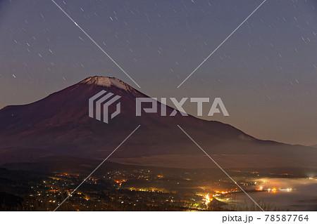 鉄砲木ノ頭から見る富士山と山中湖の夜景 78587764