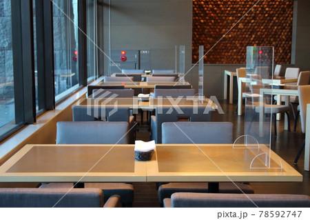 飲食店の新型コロナウイルス(COVID-19)感染予防対策 アクリル板設置(イメージ) 78592747