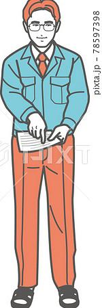 書類を指差す作業服の男性(全身) 78597398