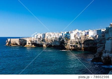 イタリア ポリニャーノ・ア・マーレの海岸と断崖の上の町並み 78602566