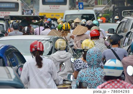 「ベトナム」ハノイ市街の通勤渋滞 78604293