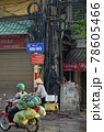 「ベトナム」ハノイの朝の通勤風景、奥は違法分電の電柱 78605466