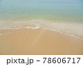 海水浴場の波打ち際 78606717