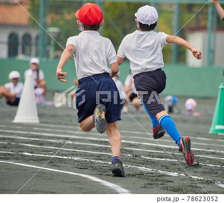 夏の小学校の運動会で走る学生たちの姿 78623052