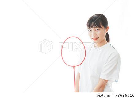 ラケットを使う若い女性 78636916