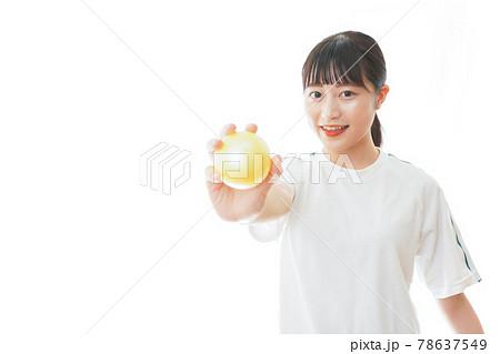 ボールを投げる若い女性 78637549