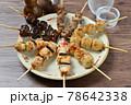 やきとり、焼き鳥、ヤキトリ、焼鳥、鶏肉料理、和食、串焼き。 78642338
