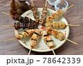 やきとり、焼き鳥、ヤキトリ、焼鳥、鶏肉料理、和食、串焼き。 78642339