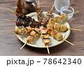 やきとり、焼き鳥、ヤキトリ、焼鳥、鶏肉料理、和食、串焼き。 78642340