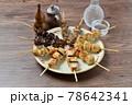 やきとり、焼き鳥、ヤキトリ、焼鳥、鶏肉料理、和食、串焼き。 78642341