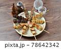 やきとり、焼き鳥、ヤキトリ、焼鳥、鶏肉料理、和食、串焼き。 78642342