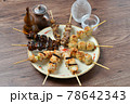 やきとり、焼き鳥、ヤキトリ、焼鳥、鶏肉料理、和食、串焼き。 78642343