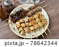 やきとり、焼き鳥、ヤキトリ、焼鳥、鶏肉料理、和食、串焼き。 78642344