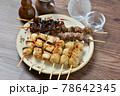 やきとり、焼き鳥、ヤキトリ、焼鳥、鶏肉料理、和食、串焼き。 78642345