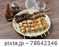 やきとり、焼き鳥、ヤキトリ、焼鳥、鶏肉料理、和食、串焼き。 78642346