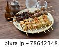 やきとり、焼き鳥、ヤキトリ、焼鳥、鶏肉料理、和食、串焼き。 78642348