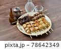 やきとり、焼き鳥、ヤキトリ、焼鳥、鶏肉料理、和食、串焼き。 78642349