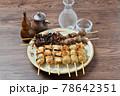 やきとり、焼き鳥、ヤキトリ、焼鳥、鶏肉料理、和食、串焼き。 78642351