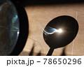 虫メガネの集中光で燃える紙 78650296
