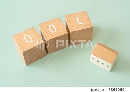 QOL、クオリティオブライフ|「QOL」と書かれた積み木と家 78650694