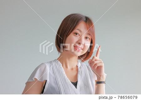 爽やかなワンポイントのポーズの女性 78656079