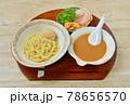 つけ麺、魚介スープ。麺料理。つけ汁、中華麺、シナチク、チャーシュー、ネギ、煮卵。 78656570