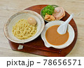 つけ麺、魚介スープ。麺料理。つけ汁、中華麺、シナチク、チャーシュー、ネギ、煮卵。 78656571
