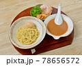 つけ麺、魚介スープ。麺料理。つけ汁、中華麺、シナチク、チャーシュー、ネギ、煮卵。 78656572