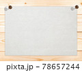 白い木目に白い画用紙 ピン止め 背景素材 78657244