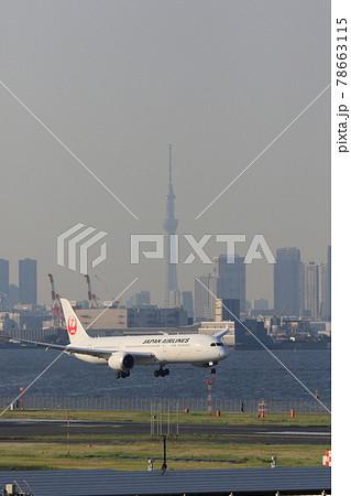東京スカイツリーを背景に着陸する旅客機 78663115