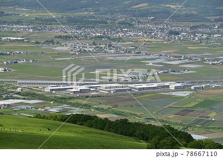 初夏の北海道七飯町城岱牧場から大野平野と新幹線車庫の風景を撮影 78667110