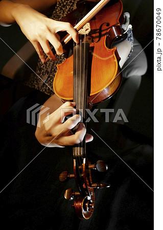 バイオリンの演奏 78670049