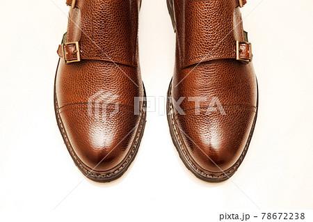 白い背景で撮影された茶色いダブルモンクの革靴 78672238