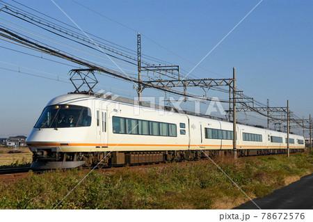 近鉄特急アーバンライナーが朝日を浴びて疾走 78672576