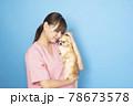 犬を抱く女性獣医師 78673578