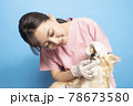 犬の治療をする女性獣医師 78673580