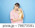 犬を抱く女性獣医師 78673581