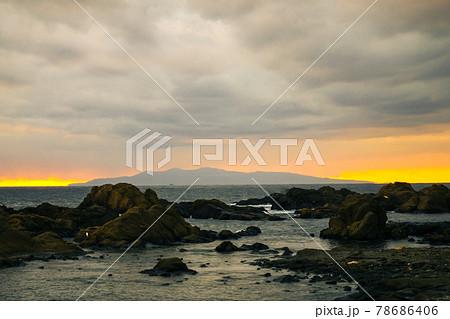 房総の海の夕焼けの地平線に浮かぶ伊豆大島 78686406