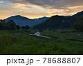 美しい白馬村の夜明けと新緑に包まれた姫川 長野県白馬村 78688807
