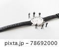 腕時計とビジネスマン風のミニチュア人形 78692000
