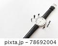 腕時計とビジネスマン風のミニチュア人形 78692004