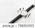 腕時計とビジネスマン風のミニチュア人形 78692005