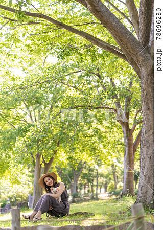 小型犬と一緒に散歩する若い女性 北柏ふるさと公園 78696230