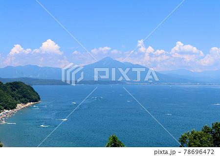 夏の猪苗代湖と磐梯山(福島県・会津若松市) 78696472