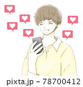 スマホの「いいね」に喜ぶ笑顔の若い男性 78700412