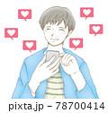 スマホの「いいね」に喜ぶ笑顔の男性 78700414